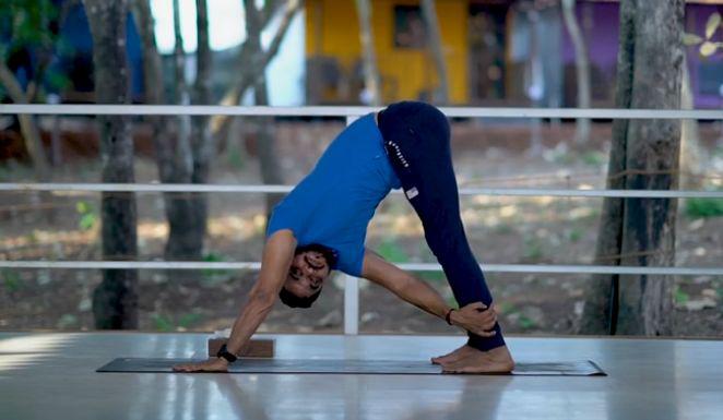 练习步骤:蛇式完成之后,双手推地,将臀部向上向后推,直至臀部坐向脚