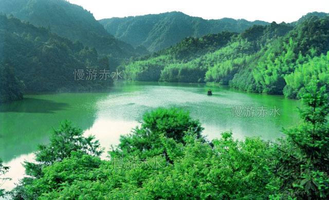 贵州赤水市是著名的风景名胜区,其境内海拔1200米的高山湖泊月亮湖,天