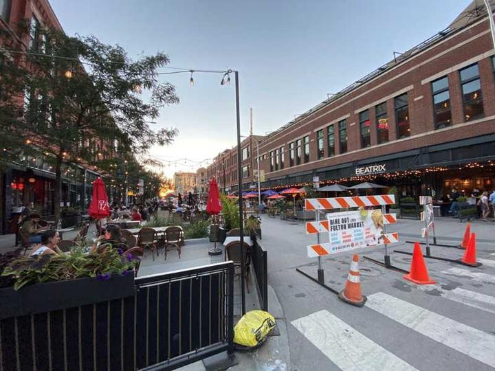 芝加哥市餐馆云集的西环区,部分街道封闭改为户外用餐区。(特派员黄惠玲/摄影)