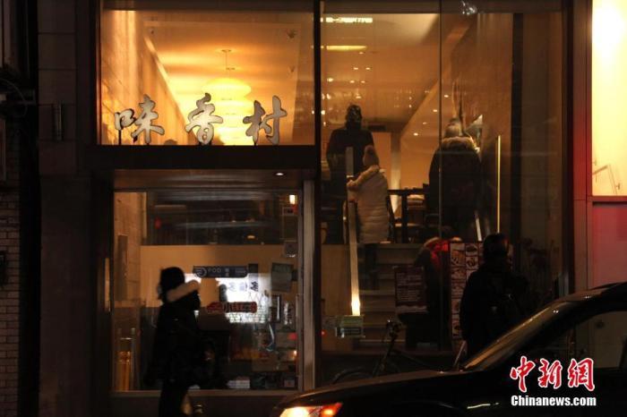 当地时间2月12日,辛丑牛年正月初一晚,在加拿大多伦多中区唐人街,顾客在一间中餐厅排队等候取餐。因应新冠疫情,目前当地仍在实施一系列封禁措施,包括禁止餐饮业经营堂食,华埠生意受到很大影响。<a target='_blank' href='http://www.chinanews.com/'>中新社</a>记者 余瑞冬 摄