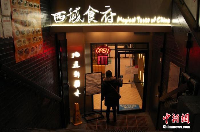 当地时间2月12日,辛丑牛年正月初一晚,在加拿大多伦多中区唐人街,一位顾客准备进入一家中餐馆取餐。因应新冠疫情,目前当地仍在实施一系列封禁措施,包括禁止餐饮业经营堂食,华埠生意受到很大影响。<a target='_blank' href='http://www.chinanews.com/'>中新社</a>记者 余瑞冬 摄