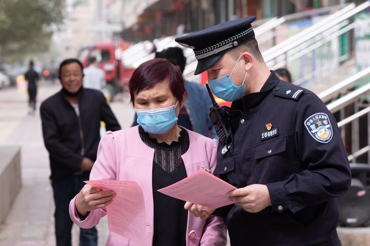 图为叶城县公安局民警向群众宣传电信诈骗.jpg