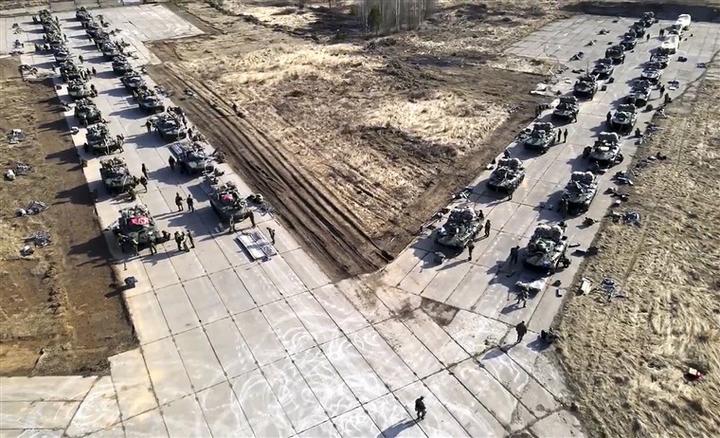 图片:俄罗斯军车在克里米亚演习期间移动
