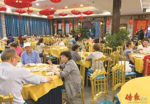 中国侨网餐馆堂吃100%开放,法拉盛酒楼渐复人气。(美国《侨报》/张晶 摄)