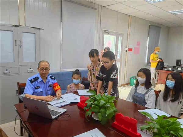 乌鲁木齐青年志愿者服务协会志愿者赴基层开展青少年暑期安全教育